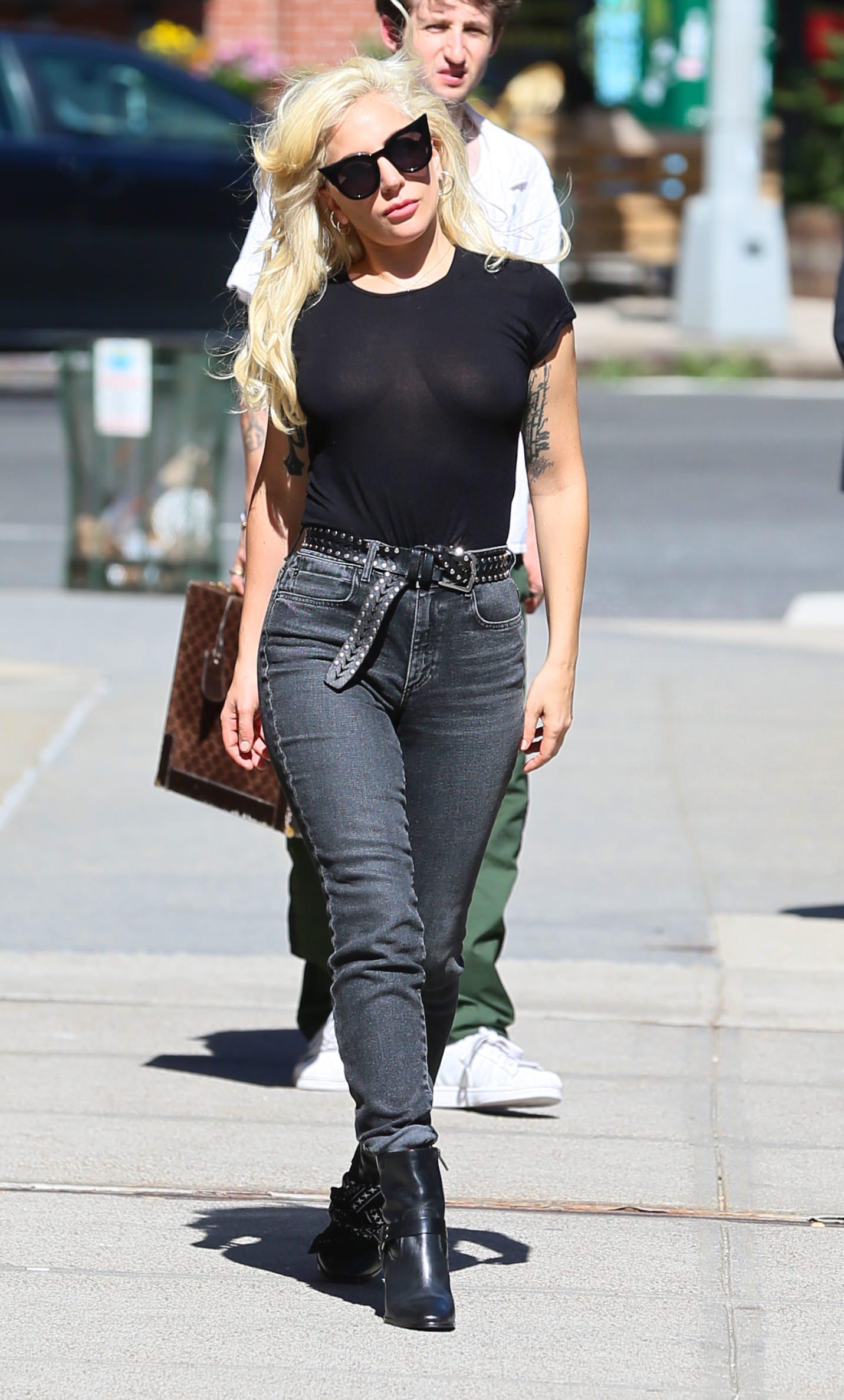 Lady Gaga Braless 4 1