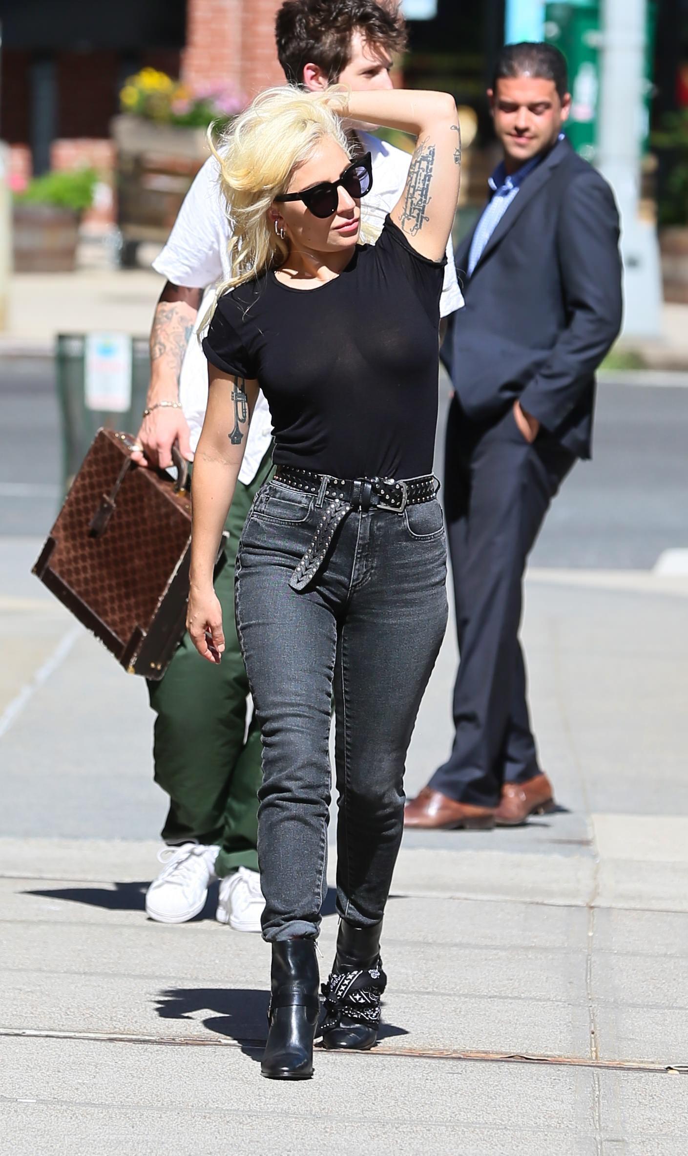 Lady Gaga Braless 7 1