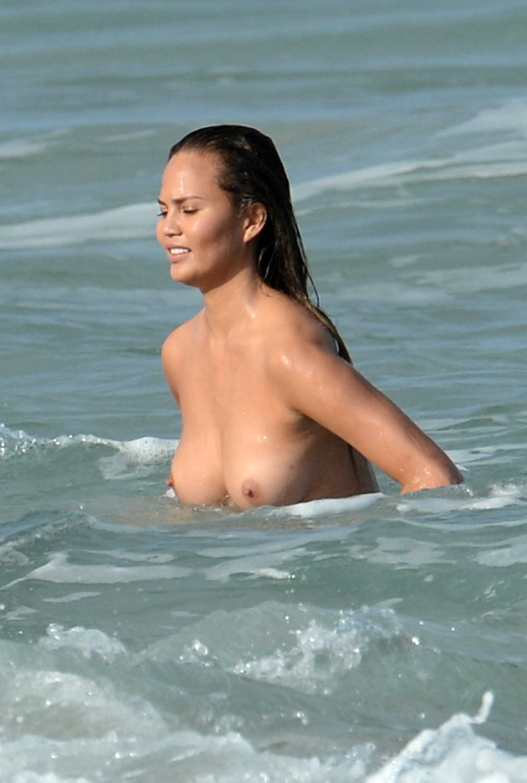 Chrissy Teigen Poses Nude...