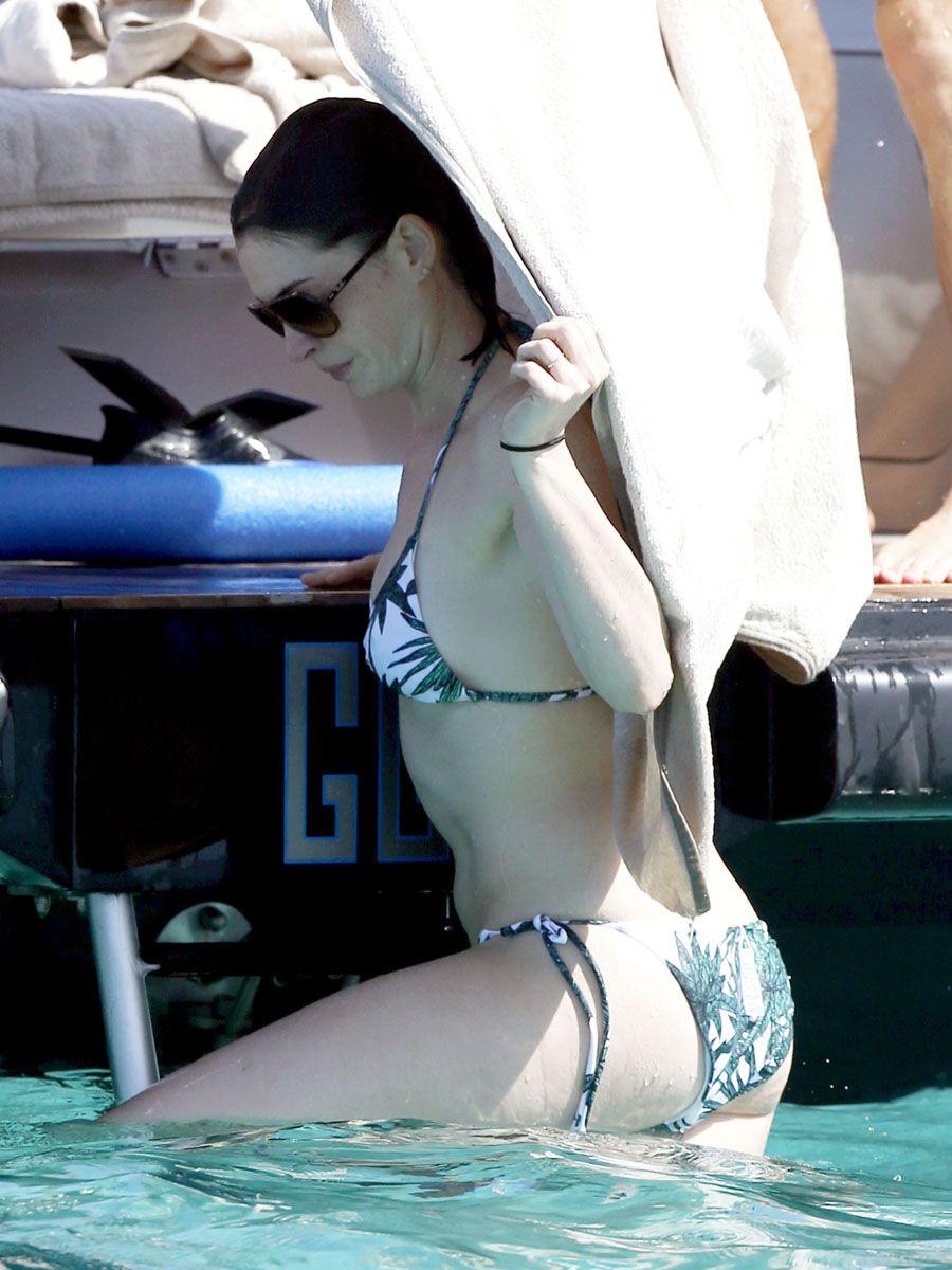 Anne Hathaway's Bik...