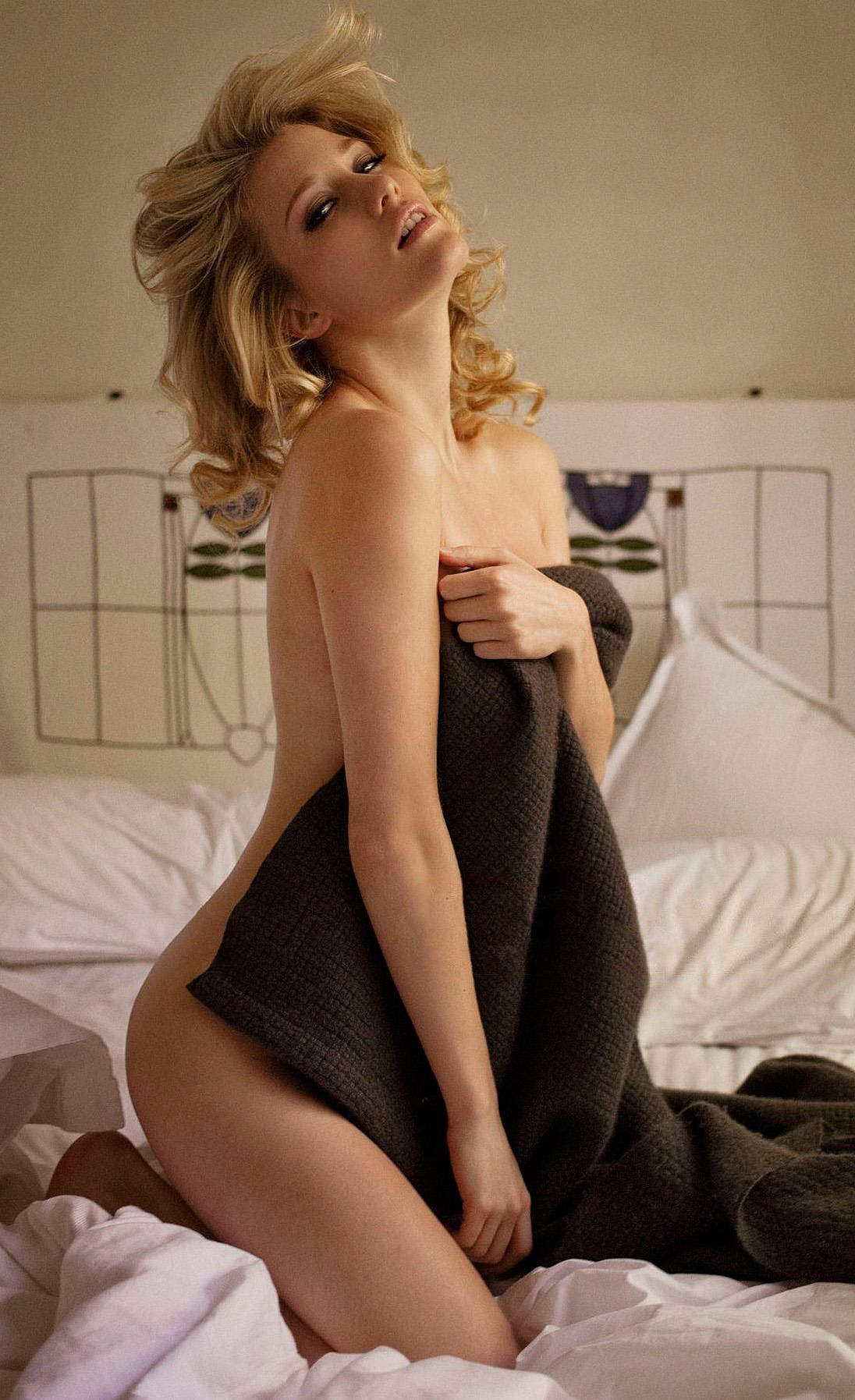 Ashley Hinshaw Sexy Nudes