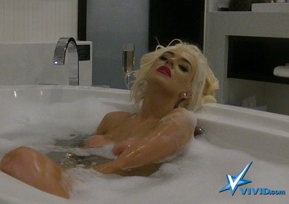 Courtney Stodden Bathroom...