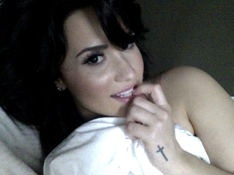 Leaked Selfies Of Demi Lo...