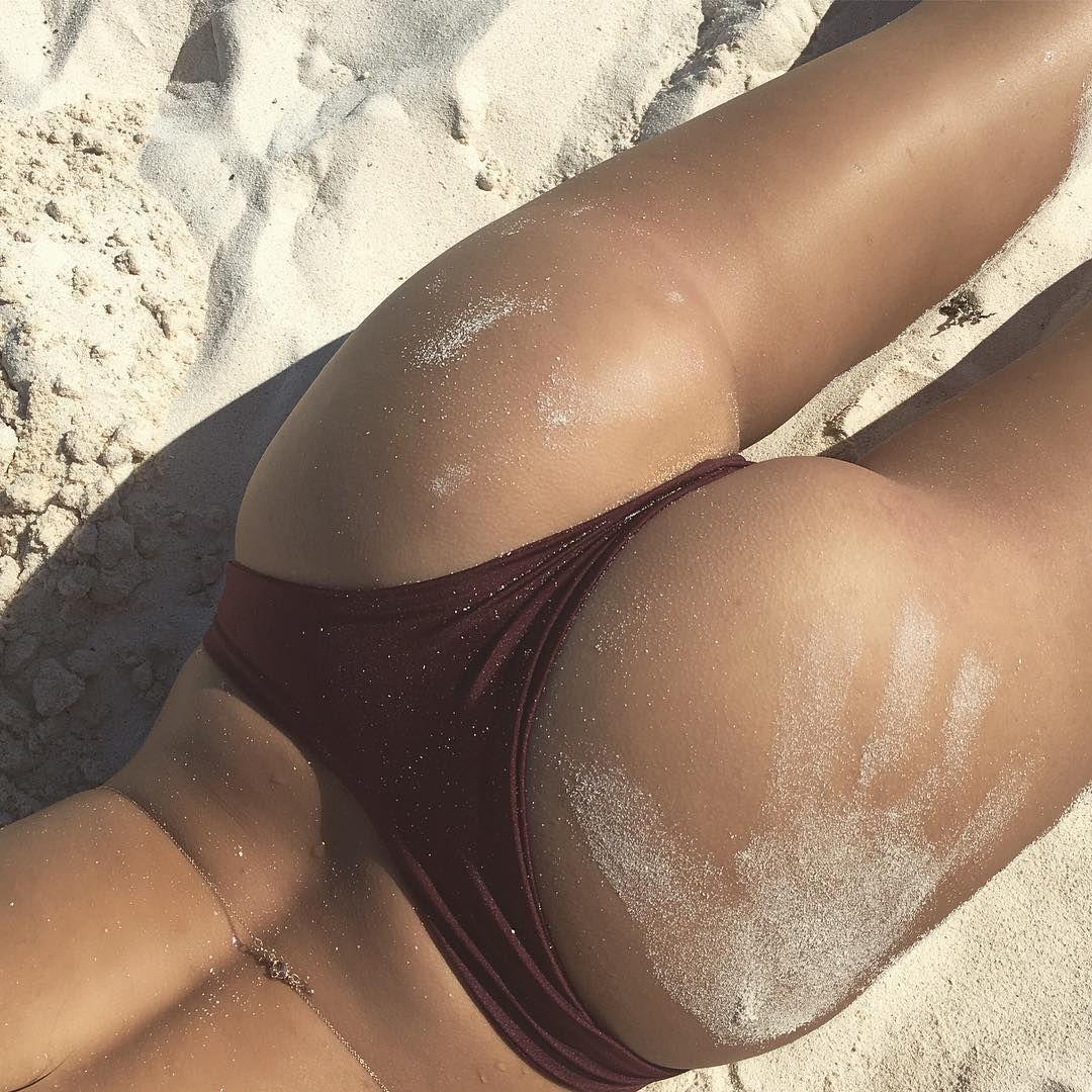 Emily Ratajkowski Nude Ph...