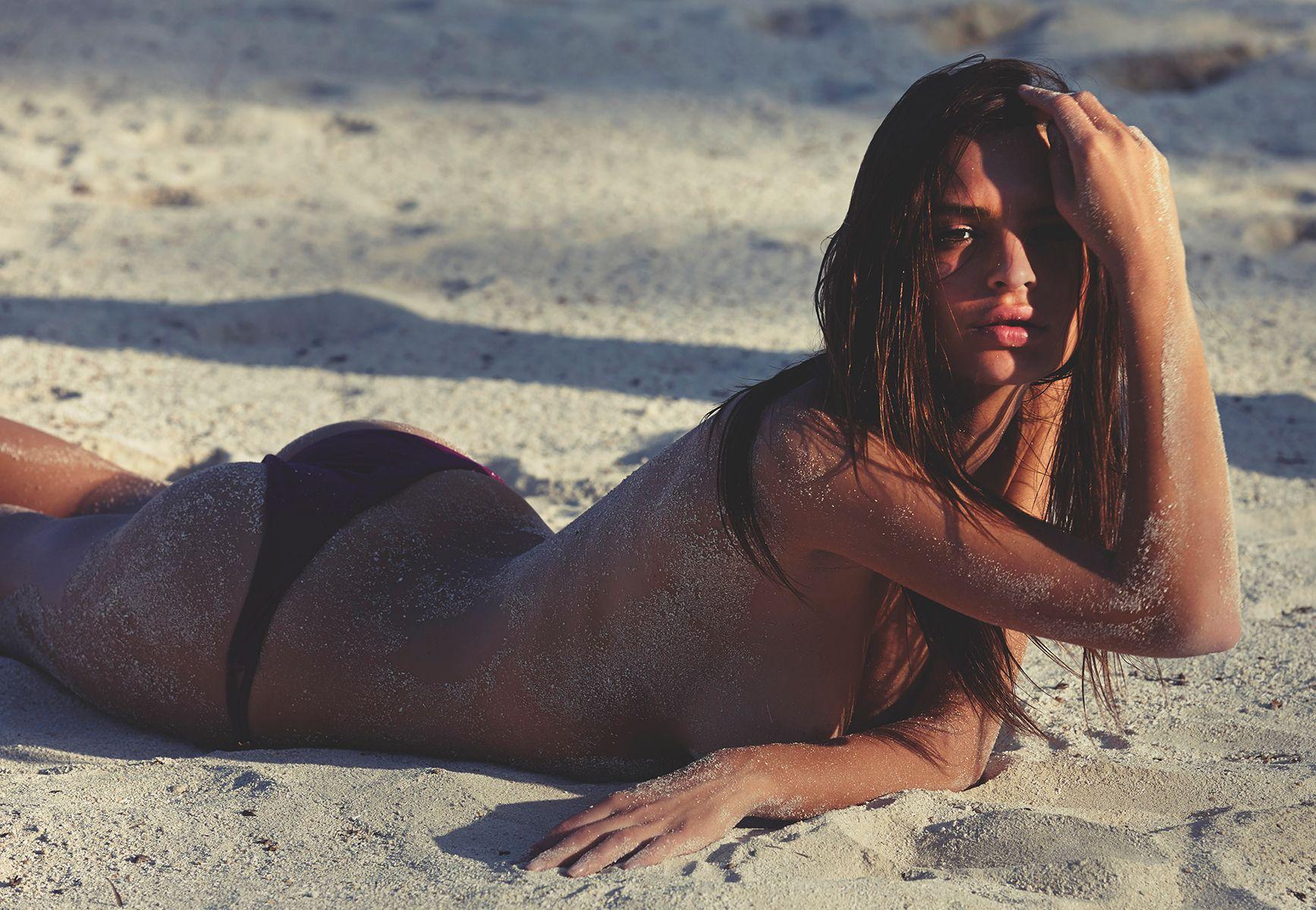 Emily Ratajkowski Naked P...
