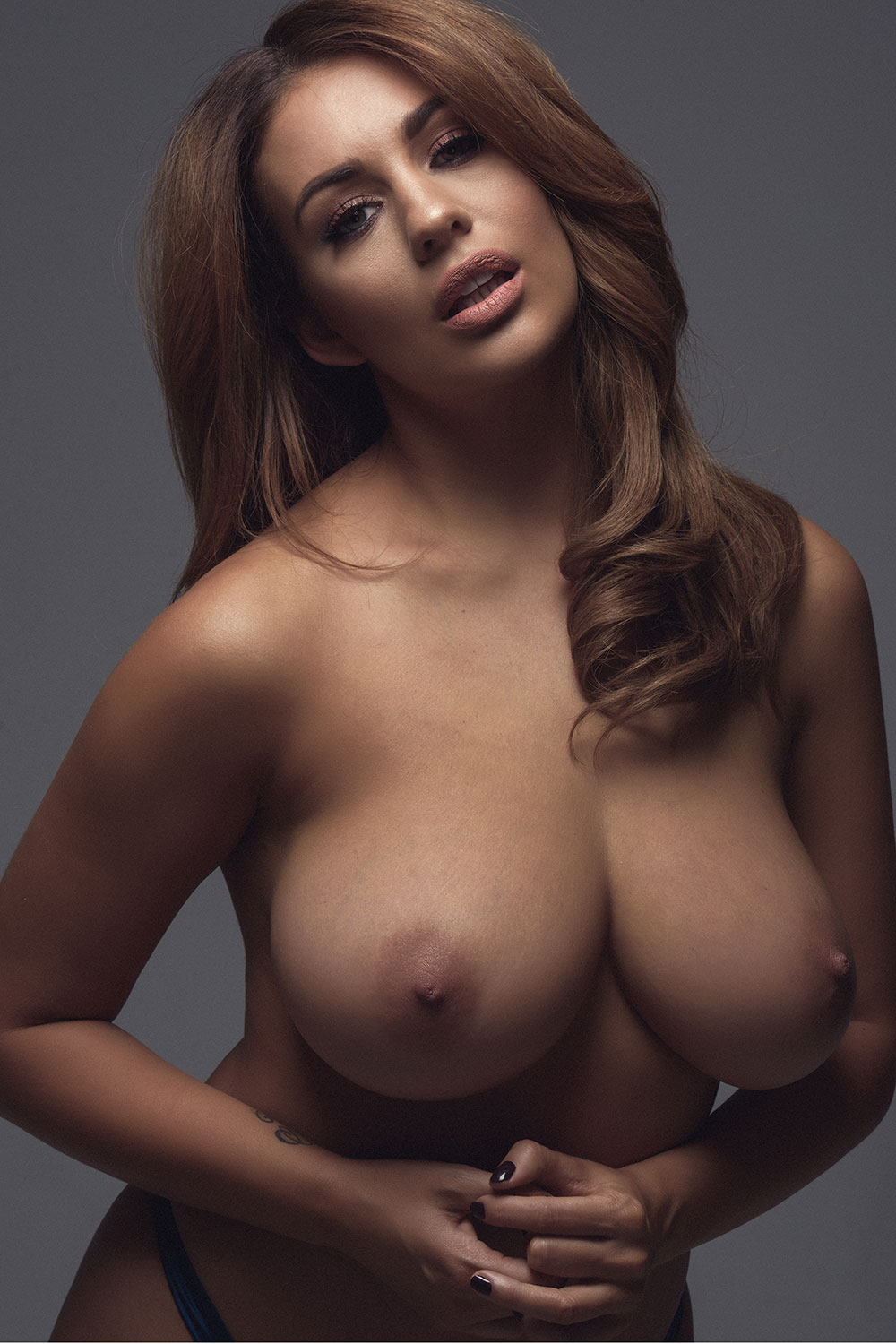 holly-peers-sexy-and-topless-5-1