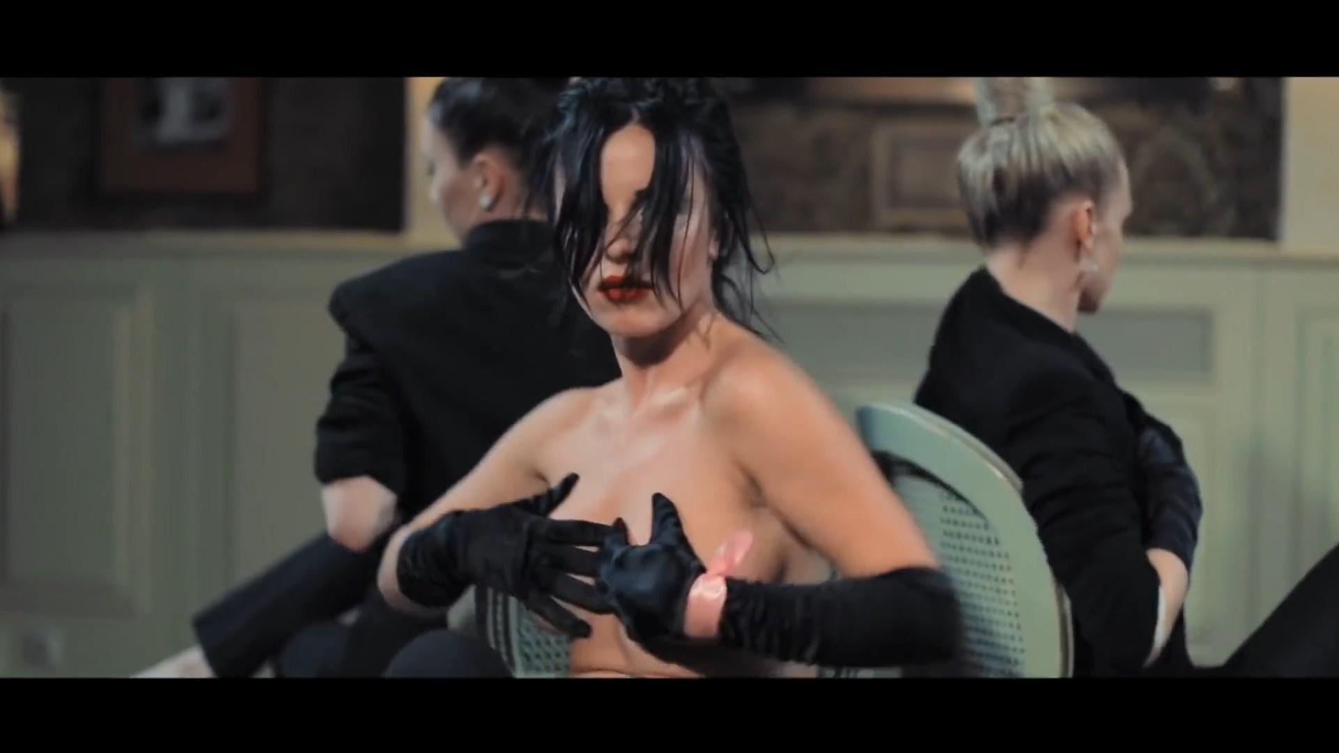 Julia Volkova Topless Pho...
