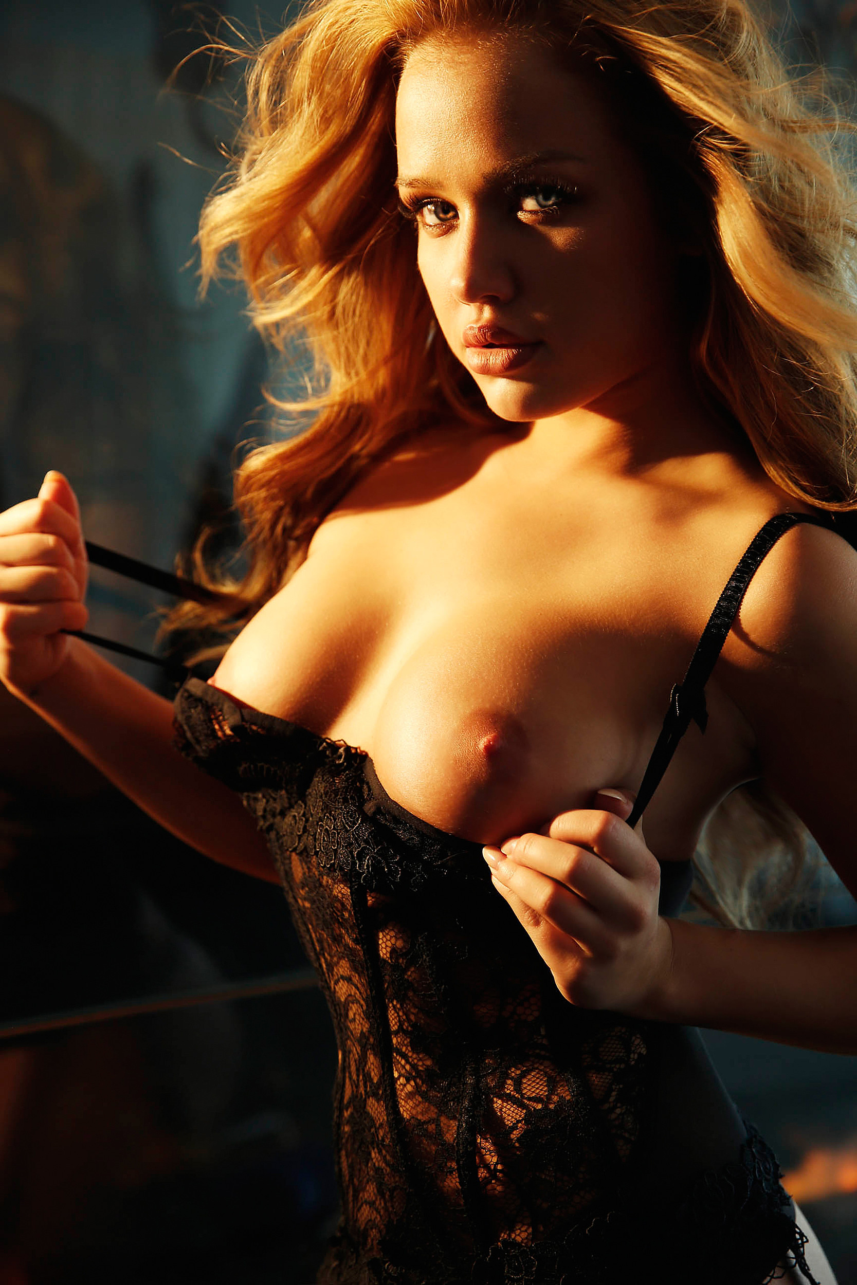 Kim Gloss Naked