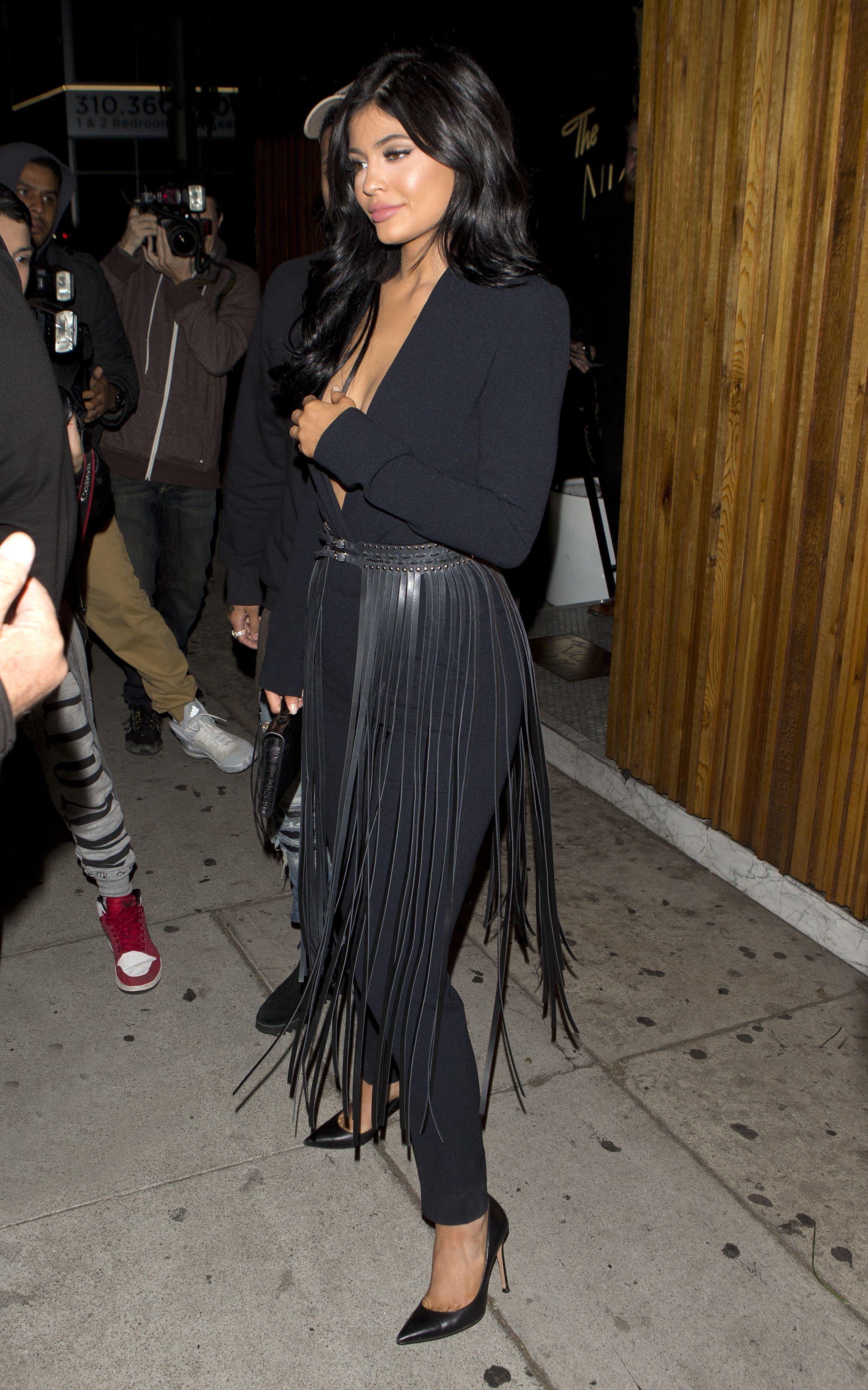 Kylie Jenner Braless Phot...
