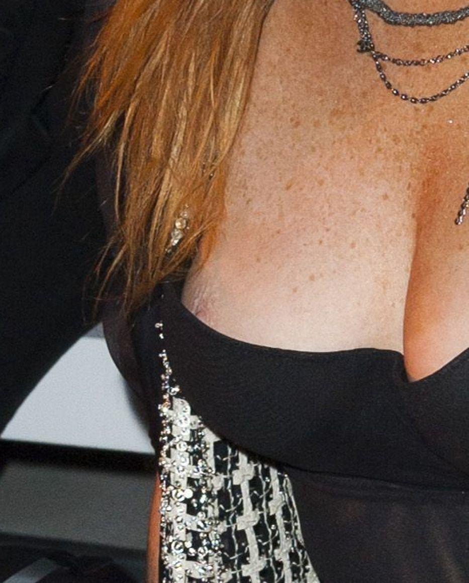 Lindsay Lohan Nipslip Pic...