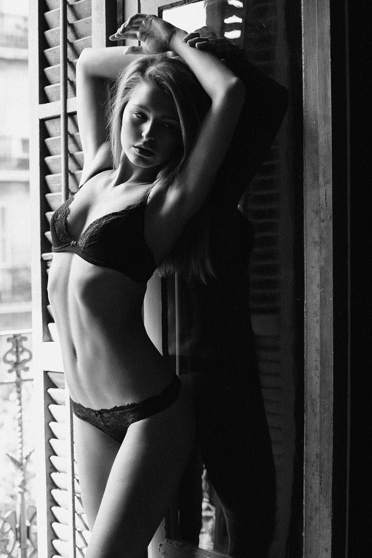 Marisa Papen Topless Phot...