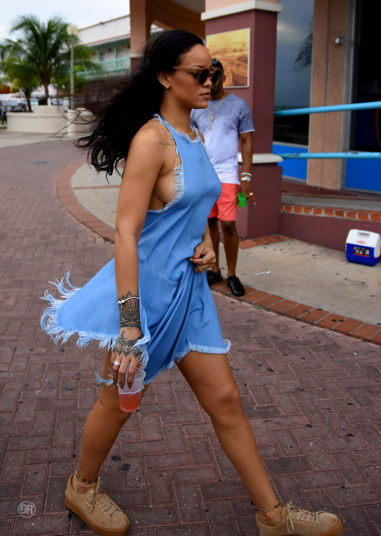 Sideboob Pics Of Rihanna