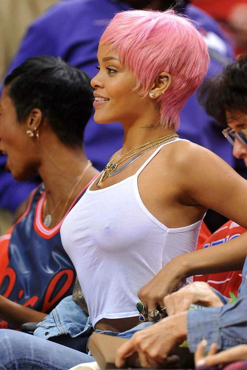 Rihanna Nipples Pic!