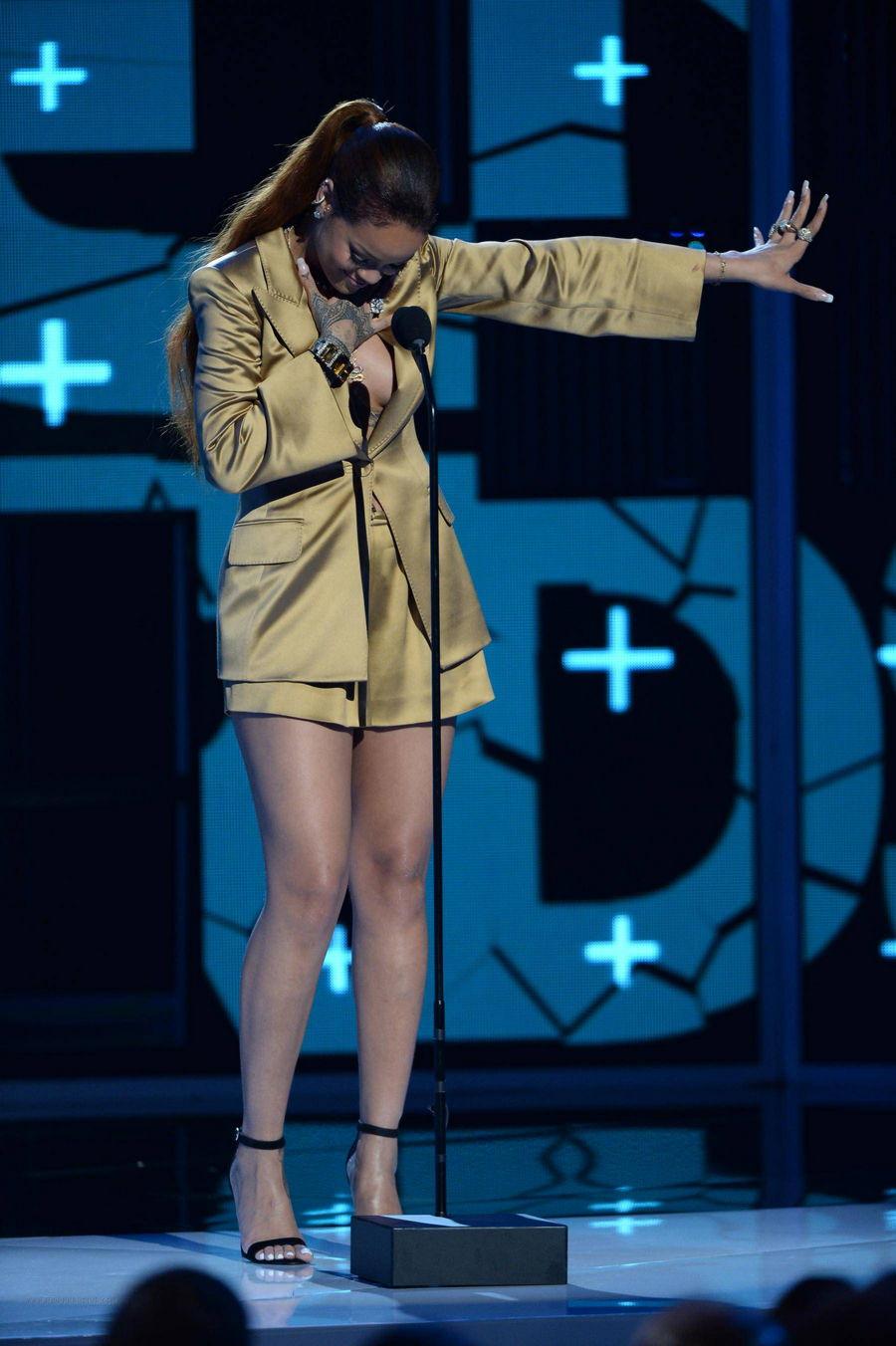 Rihanna's Legs Pics