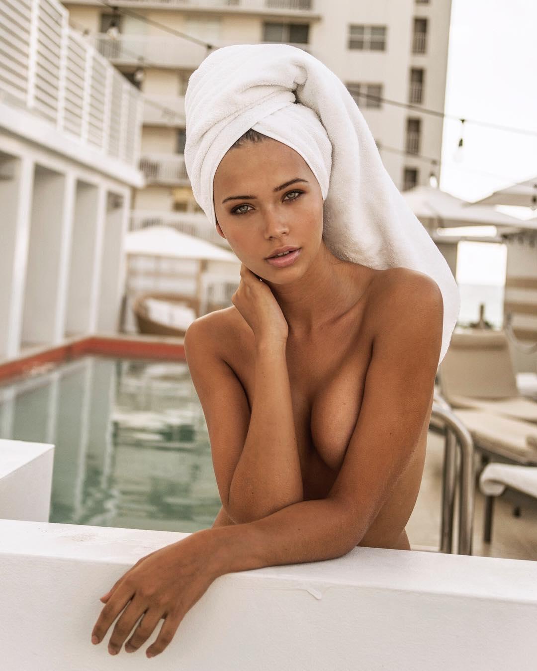 Sandra Kubicka Topless Ph...