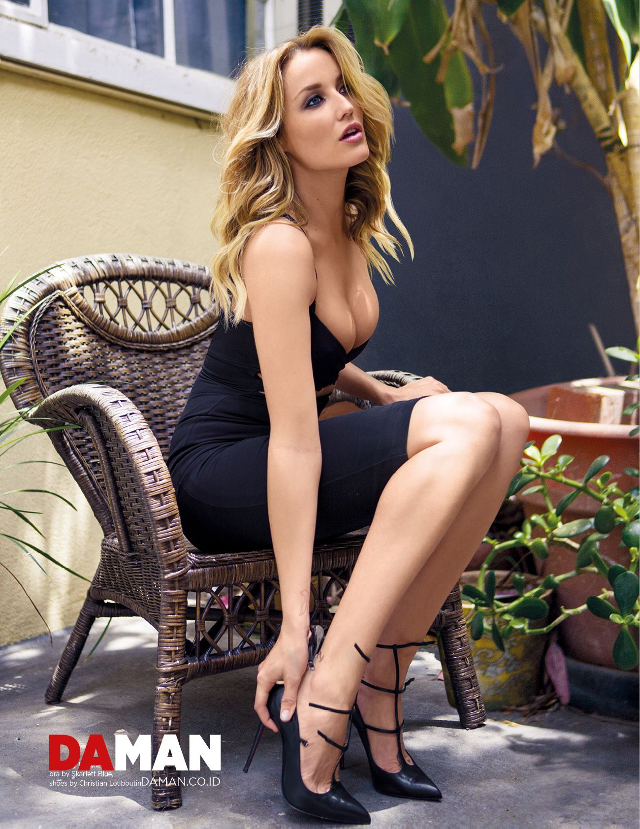 Sarah Dumont Sexy Photos