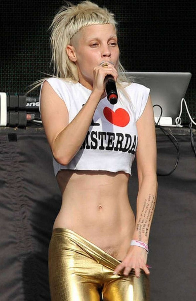 Sexy Yolandi Visser On St...