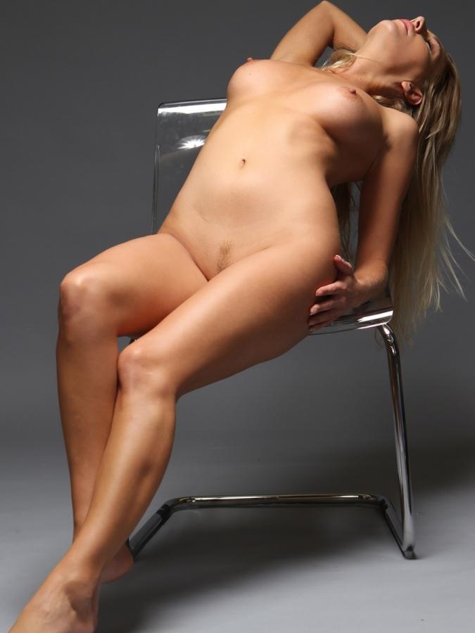 Hayley-Marie Coppin nue - Elles se mettent nues pour nous
